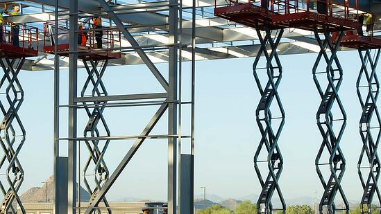 scissor-lifts-in-construction-site_Nothum-wikimedia-commons_1080x608